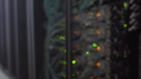 Sitio borroso del servidor Centro de datos moderno con el centelleo de luces LED verdes y anaranjadas