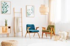 Sitio brillante con las sillas del vintage Foto de archivo