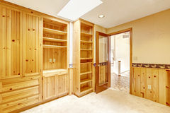 Sitio brillante de la oficina con los gabinetes y el tragaluz de madera Imágenes de archivo libres de regalías