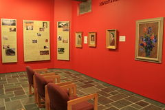 Sitio brillante y colorido con las pinturas y los carteles educativos, museo de Ogunquit del arte americano, 2016 Fotografía de archivo