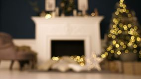 Sitio casero de la Navidad con el árbol y la iluminación festiva del bokeh, fondo borroso del día de fiesta almacen de video