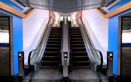Sitio colorido simétrico para las escaleras móviles en un estacionamiento del centro comercial foto de archivo libre de regalías