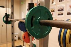 Sitio con el equipo del gimnasio en el club de deporte, el gimnasio del club de deporte, la salud y el cuarto de reconstrucción Imagen de archivo libre de regalías