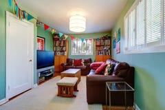Sitio con el estante para libros adornado con las banderas coloridas Foto de archivo libre de regalías