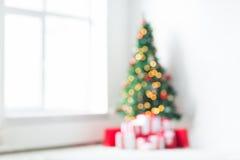 Sitio con el fondo del árbol de navidad y de los presentes Fotos de archivo