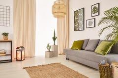 Sitio con el sofá y la ventana foto de archivo libre de regalías