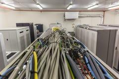 Sitio con filas del hardware del servidor en centro de datos o sitio celular de la comunicación del interruptor imágenes de archivo libres de regalías