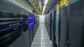 Sitio con filas del hardware del servidor en hyperlapse del timelapse del centro de datos metrajes