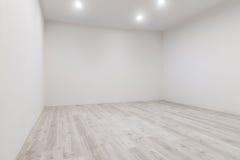 Sitio con la lamina blanqueada y la pared nuevamente pintada Foto de archivo libre de regalías