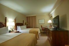 Sitio con las lámparas y la mesa de la silla de la cama gigante Foto de archivo libre de regalías