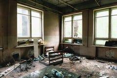 Sitio con las ventanas y los muebles grandes en el edificio abandonado arruinado viejo Foto de archivo libre de regalías