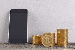 Sitio con los bitcoins y el teléfono móvil Imagen de archivo libre de regalías