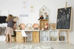 Sitio con los juguetes y los muebles de madera imágenes de archivo libres de regalías