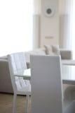 Sitio con los muebles blancos Fotos de archivo libres de regalías