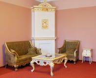 Sitio con muebles y la chimenea de lujo Imágenes de archivo libres de regalías