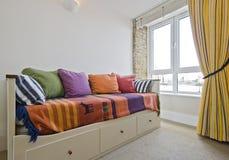 Sitio con una cama de sofá Imágenes de archivo libres de regalías