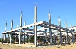 Sitio constructivo de la construcción y cielo azul Imagenes de archivo