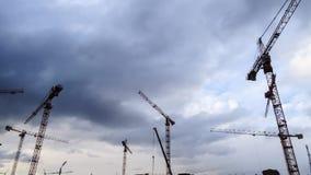 Sitio contra el cielo, timelapse de la construcción de la grúa y de edificios almacen de video