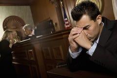 Sitio culpable del hombre ante el tribunal fotografía de archivo libre de regalías