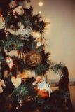 Sitio de Año Nuevo con el árbol de navidad adornado Imagen de archivo libre de regalías