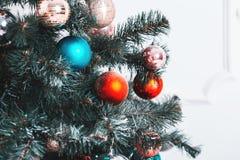 Sitio de Año Nuevo con el árbol de navidad adornado Foto de archivo libre de regalías