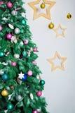 Sitio de Año Nuevo con el árbol de navidad adornado Foto de archivo