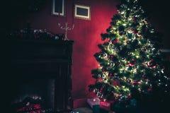 Sitio de Año Nuevo con el árbol de navidad adornado Fotografía de archivo libre de regalías