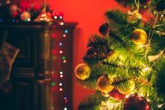 Sitio de Año Nuevo con el árbol de navidad adornado Fotos de archivo libres de regalías
