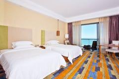 Sitio de camas matrimoniales con la gran opinión del mar Foto de archivo