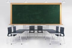 Sitio de clase con la pizarra y las tablas junto Fotografía de archivo