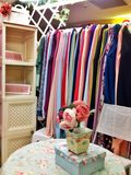 Sitio de Colorfull de la tienda de la ropa Imágenes de archivo libres de regalías