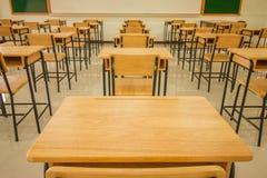 Sitio de conferencia o sala de clase vacía de la escuela con los escritorios y el hierro de la silla foto de archivo libre de regalías
