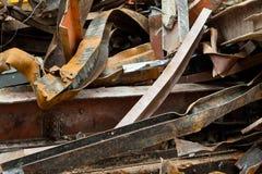 Sitio de demolición de acero de las vigas del desecho oxidado grande de la pila Fotos de archivo libres de regalías