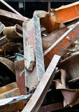 Sitio de demolición de acero torcido pila de las vigas del desecho Imagen de archivo
