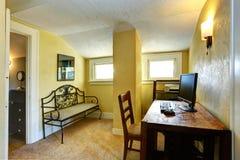 Sitio de estudio amarillo con la columna y el techo saltado imagen de archivo libre de regalías