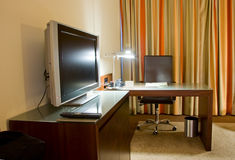 Sitio de estudio con el escritorio de escritura y el aparato de TV Foto de archivo