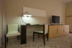 Sitio de estudio con el escritorio de escritura y el aparato de TV Imagen de archivo