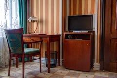 Sitio de estudio con el escritorio y el aparato de TV del lcd imágenes de archivo libres de regalías
