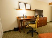 Sitio de estudio con el tablero terminal del escritorio y el aparato de TV del lcd Imágenes de archivo libres de regalías