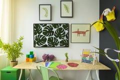 Sitio de estudio creativo del niño del estilo imagenes de archivo