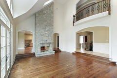 Sitio de familia con la chimenea de dos pisos foto de archivo libre de regalías