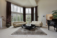 Sitio de familia con las ventanas de dos pisos Imagenes de archivo