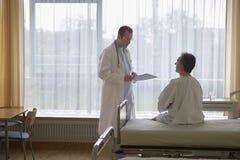 Sitio de hospital del doctor And Patient In Imagenes de archivo