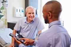 Sitio de hospital mayor del paciente y del doctor Have Consultation In Foto de archivo