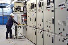 Sitio de interruptor, el panel del dispositivo de distribución del control del ingeniero eléctrico Imágenes de archivo libres de regalías