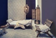 Sitio de la cama con los elementos de la materia textil imagen de archivo