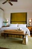 Sitio de la cama de la habitación de un centro turístico de lujo Foto de archivo