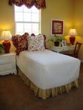 Sitio de la cama de las chicas jóvenes foto de archivo