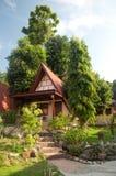 Sitio de la casa del centro turístico en bosque en Tailandia del sur foto de archivo libre de regalías