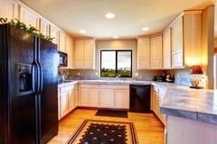 Sitio de la cocina con los gabinetes ligeros del tono Foto de archivo libre de regalías